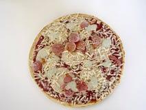 Замороженная изолированная пицца Стоковая Фотография RF