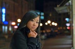 замороженная ноча девушки outdoors Стоковая Фотография