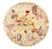 Замороженная пицца при сосиска изолированная на белой предпосылке Стоковые Изображения RF