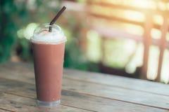 Замороженная сливк хлыста молочного шоколада smoothie смеси на деревянной таблице Стоковое фото RF