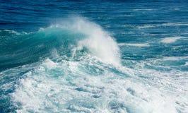 Замороженное движение большой волны на море Стоковые Фото