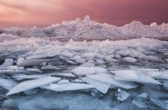 Замороженное море во время захода солнца Стоковые Изображения