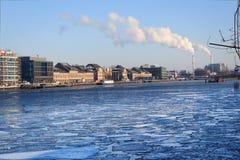 Замороженное оживление реки, kreuzberg Берлина во время зимы Стоковое Фото