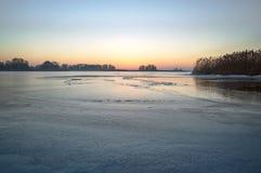 Замороженное озеро в вечере, ландшафт зимы Стоковое Изображение