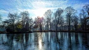 Замороженное озеро в солнечности зимы Стоковое фото RF