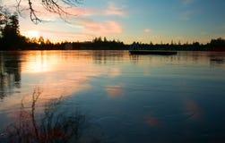 Замороженное озеро зимы на заходе солнца Стоковое Изображение RF