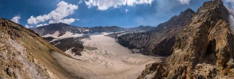 Замороженное озеро кратера внутри вулкана Mutnovsky Стоковые Изображения
