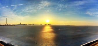 замороженное озеро над заходом солнца Стоковое Изображение