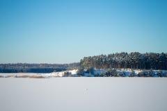 Замороженное озеро с льдом и снегом Стоковая Фотография