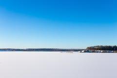 Замороженное озеро с льдом и снегом Стоковая Фотография RF