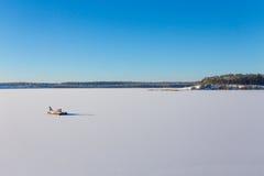 Замороженное озеро с льдом и снегом Стоковые Фото