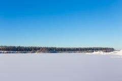 Замороженное озеро с льдом и снегом Стоковые Фотографии RF