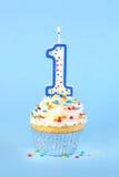Замороженное пирожное дня рождения с с освещенный 1 свеча Стоковые Изображения
