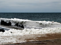 Замороженное пристани море на берег в зиме стоковые изображения