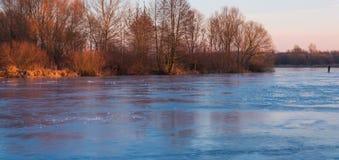 Замороженное река в вечере зимы Стоковая Фотография