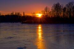 Замороженное река в вечере зимы Стоковые Изображения RF