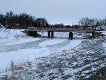 Замороженное река и мост Стоковое фото RF