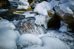 Замороженное река на горах Стоковые Фото