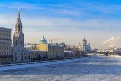 Замороженное река Moskva Взгляд обваловки Sofiyskaya в солнечном зимнем дне Стоковые Изображения