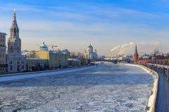 Замороженное река Moskva Взгляд обваловки Sofiyskaya в солнечном зимнем дне Стоковая Фотография RF