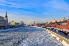Замороженное река Moskva на предпосылке обваловки Kremlevskaya зима moscow Стоковые Изображения RF