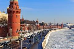Замороженное река Moskva на предпосылке обваловки Kremlevskaya Стоковое Фото