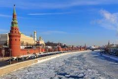 Замороженное река Moskva на предпосылке обваловки Kremlevskaya Стоковые Изображения RF