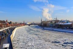 Замороженное река Moskva на предпосылке обваловки Sofiyskaya Стоковое Фото