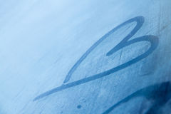 Замороженное сердце вручную рисовать или мерланги на предпосылке окна  Стоковое Изображение