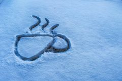 Замороженное стекло автомобиля на зимний день стоковое изображение