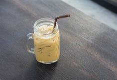 Замороженное стекло кофе на деревянной таблице Стоковое Изображение RF