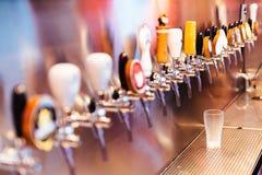 Замороженное стекло пива с кранами пива с никто Селективный фокус Концепция спирта сбор винограда типа лилии иллюстрации красный  стоковая фотография