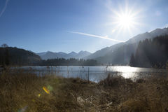 Замороженное Schwarzsee, hel ¼ Kitzbà с солнечным светом Стоковое Изображение RF