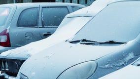 Замороженные автомобили в парковке на утре зимы сток-видео