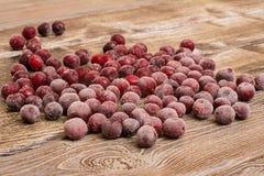 Замороженные вишни на деревянном столе Стоковые Фото