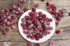 Замороженные вишни на деревянном столе Стоковые Изображения RF