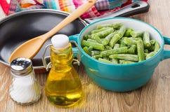 Замороженные зеленые фасоли в шаре, сковороде, масле и соли Стоковая Фотография