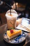 Замороженные капучино и чизкейк на таблице стоковое фото