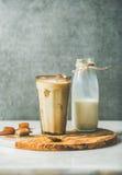 Замороженные коктеиль и молоко кофе latte карамельки в бутылке стоковые фото
