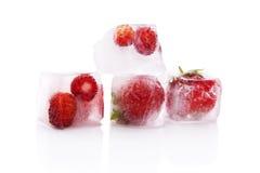 Замороженные клубники в кубах льда. Стоковое Изображение RF