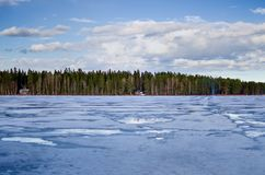Замороженные озеро и береговая линия в Швеции Стоковые Изображения RF
