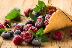 Замороженные поленики в конусе waffle, свежие вишни ягод голубик на старом деревянном столе - взгляде правильной позиции Стоковая Фотография RF