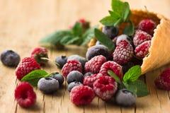 Замороженные поленики в конусе waffle, свежие вишни ягод голубик на старом деревянном столе - взгляде правильной позиции Стоковое Фото