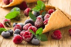 Замороженные поленики в конусе waffle, свежие вишни ягод голубик на старом деревянном столе - взгляде правильной позиции Стоковые Фото