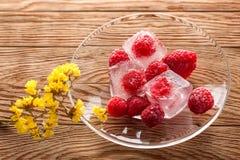 Замороженные поленики в стеклянной пластинке на деревянной предпосылке Стоковые Фотографии RF
