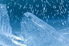 Замороженные самоцветы кубов льда Абстрактная голубая кристаллическая предпосылка фокус взгляда макроса мягкий Стоковое Изображение