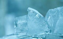 Замороженные самоцветы кубов льда абстрактный кристалл сини предпосылки взгляд макроса, мягкий фокус Стоковое Изображение