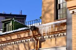 Замороженные сосульки на крыше Стоковая Фотография RF