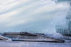 Замороженные счищатели windscreen и лобового стекла полностью покрытые с льдом, предосторежением, плохой взгляд причиняют опасную стоковые фото