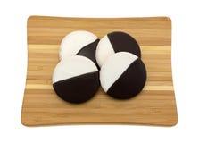 Замороженные шоколад и ваниль испекут печенья на разделочной доске Стоковое Изображение